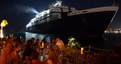 Το πλοίο Νήσος Ρόδος περνάει μία ανάσα από το Μπούρτζι στο λιμάνι της Χίου